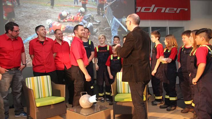 Urban Müller im Gespräch mit den jungen Feuerwehrlern.