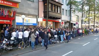 Auflauf: Fussballfans stehen vor dem FCZ-Fanshop an der Löwenstrasse Schlange – fünf Minuten vor Beginn des Vorverkaufs.