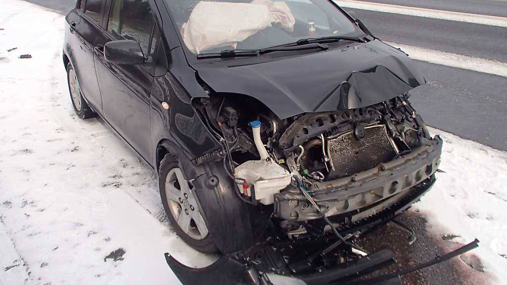 Auf dem Schnee ins Schleudern geraten: Die Lenkerin rutschte mit ihrem Wagen in die Leitplanke auf der A1 und wurde leicht verletzt.