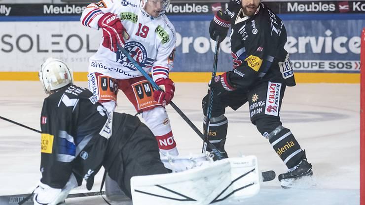 Mehr als die Vorentscheidung in Freiburg: Gottérons Goalie Reto Berra kann das 0:3 durch Dion Knelsen (Nr. 19) nicht verhindern.