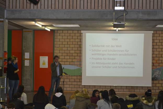Tobis Gündemann präsentiert die Idee von OSA hilft