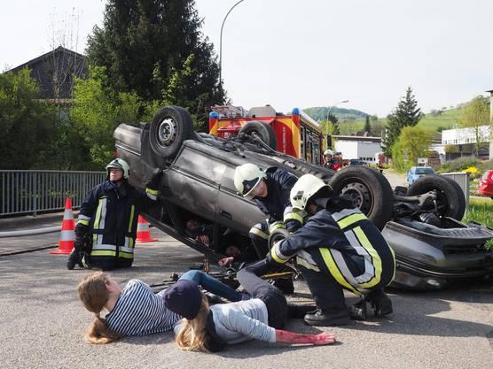 Vor Ort in Magden fanden die Jugendlichen zwei Unfall-Autos vor, das eine lag sogar auf dem Dach