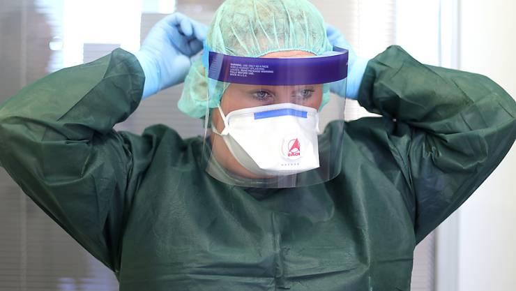 Der Pharmakonzern Roche erhält in den USA eine Notfall-Zulassung für einen Corona-Test - im Bild die Isolationsabteilung des deutschen Unispitals Essen. (Archivbild)