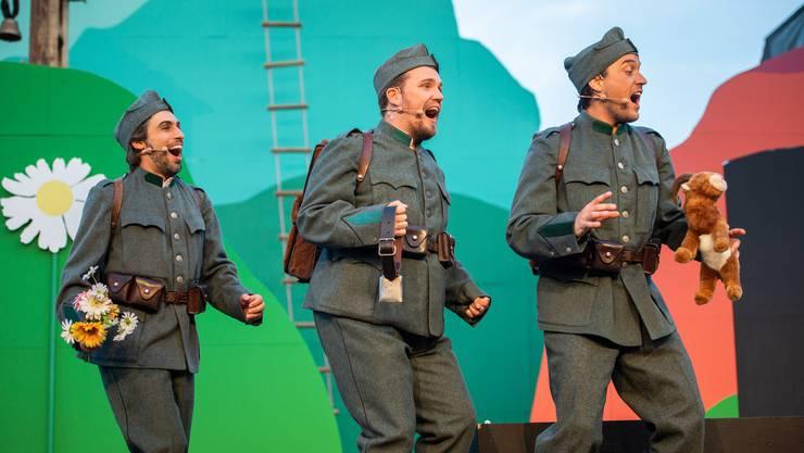 Die Brüder (v. l.) Francesco (Fabio De Giacomi), Franz (Michael Hasenfratz) und François (Tobias König) freuen sich nach dem Militärdienst aufs Heimkehren.