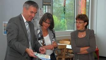 Bildungsdirektor Alex Hürzeler und Chefinspektorin Monica Morgenthaler mit Schulleiterin Monika Baumberger in Gränichen (v. l.). trö