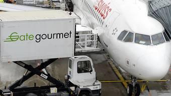 Schreibt wieder deutlich schwarze Zahlen: Der Bordverpfleger Gategroup, hier ein Fahrzeug beim Beladen einer Swiss-Maschine in Kloten. (Archiv)