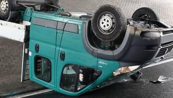 Die Linkskurve nicht gekriegt hat dieser Lieferwagen in Ebikon.