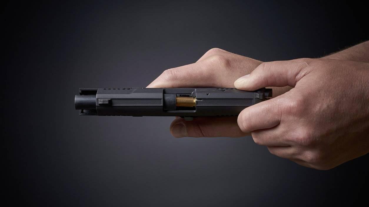 Der Mann bedrohte die Verkäuferin mit einer Faustfeuerwaffe.