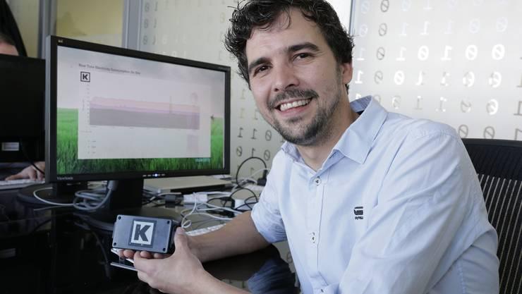 Kelvin ist ein Temperaturmass – und ein Messgerät. Hier in der Hand von Daniel Bermejo.