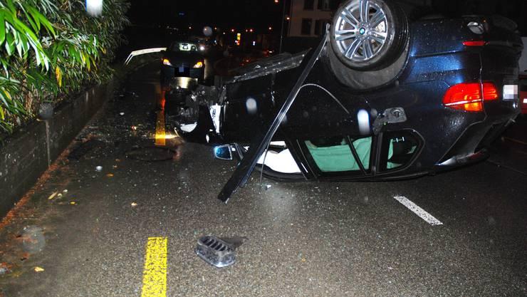 Das Auto blieb auf dem Dach liegen und wurde abgeschleppt.