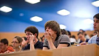 Studierende werden in der Schweiz sehr unterschiedlich von ihren Heimatkantonen unterstützt.