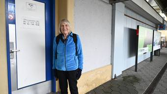 Silvia Sachs vor der WC-Anlage am Grenchner Nordbahnhof.