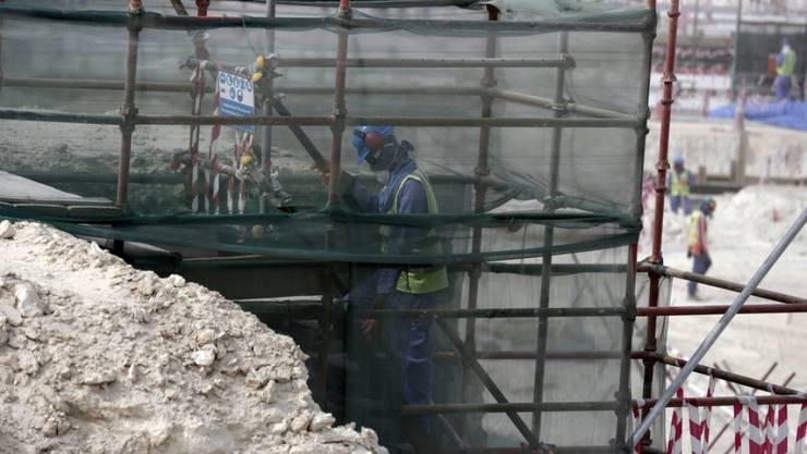 Gastarbeiter im Al-Wakra Stadion in Doha, das für die Fussball-WM 2022 gebaut wird. Laut Amnesty International sind die Bedingungen für die ausländischen Arbeitskräfte in Katar nicht besser geworden.