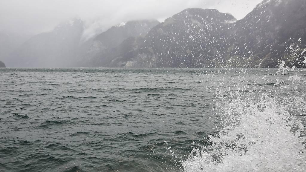 Der Urnersee in Sisikon UR während eines Sturms: die Schiffe der SGV steuern diesen Teil des Vierwaldstättersees vorläufig nur noch ein Mal pro Tag an. (Archivaufnahme)