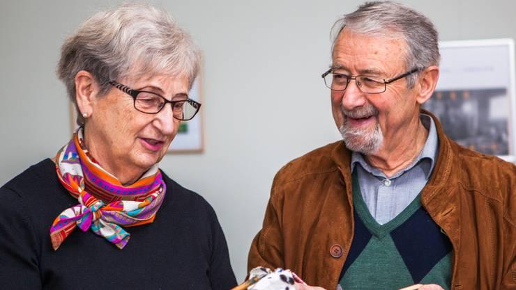 """Erika und Hans Rudolf Meyer haben die Ausstellung """"Schriftzeichen"""" im Museum Schneggli Reinach gestaltet."""