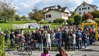 Im vergangenen Herbst demonstrierten über 100 Personen für die Aufnahme von Flüchtlingen – heute wird das Thema in Oberwil-Lieli erneut diskutiert. to/Archiv