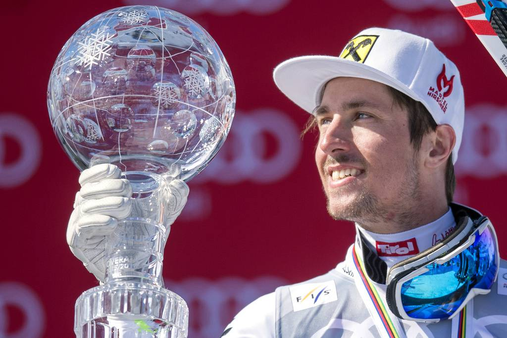 Marcel Hirscher mit der Kristallkugel für den Gesamtweltcupsieg 2016 in St.Moritz. (© Keystone)