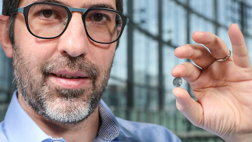 Prof. Diego Ghezzi, der den Medtronic-Lehrstuhl für Neuroengineering (LNE) an der School of Engineering der EPFL innehat, mit dem von ihm und seinem Team entwickelten Wunderding, das Blinde sehend machen kann (Bild EPFL)