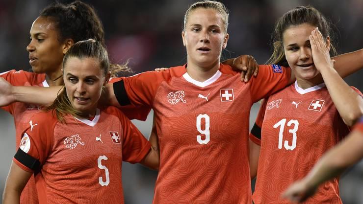 Ana-Maria Crnogorcevic (Mitte, Nummer 9) bejubelt mit ihren Teamkolleginnen Noelle Maritz (links, Nummer 5) und Svenja Fölmli (rechts, Nummer 13) ihr Rekordtor.