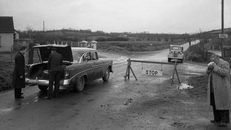 Grenzkontrolle zwischen Irland und Nordirland im Jahr 1957: Die irische Regierung sträubt sich gegen eine harte Grenze, wie sie bei einem «No Deal»-Brexit wohl käme.