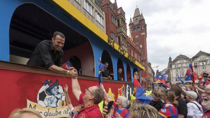 Marco Streller lässt sich am Double-Cortège von den Fans feiern.