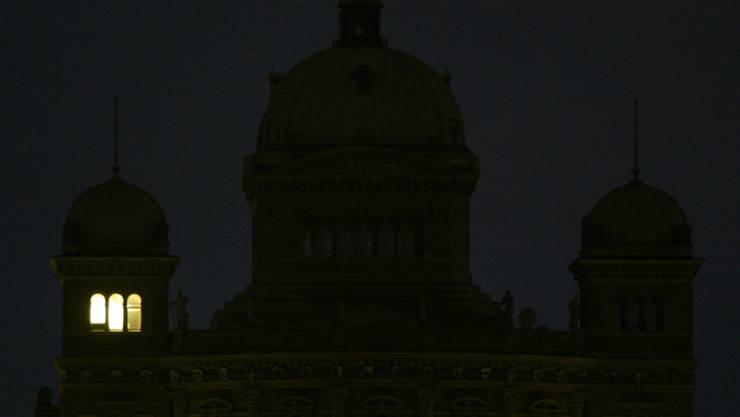 Das neue Parlamentsgesetz soll betreffend Interessenbindungen etwas Licht ins Dunkel bringen. Der Nationalrat spricht sich für mehr Transparenz aus, will aber weniger weit gehen als der Ständerat. (Archiv)