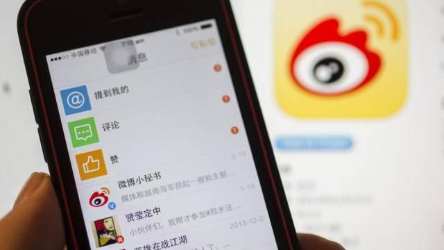 Ein Smartphone mir der App von Sina Weibo