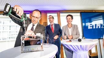 Lino Guzzella (links) ist seit 2015 Präsident der ETH Zürich und ordentlicher Professor für Thermotronik. Hier mit den Regierungsräten Conradin Cramer und Monica Gschwind.