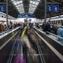 Bahnunternehmen zahlen künftig weniger für die Benützung der Bahninfrastruktur. Davon sollen auch die Bahnkunden profitieren, fordert Preisüberwacher Stefan Meierhans. (Archivbild)