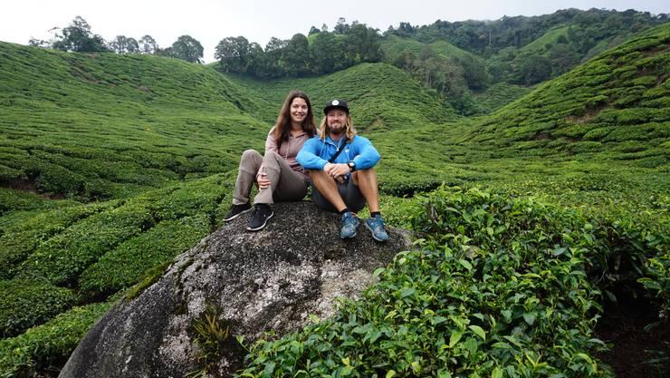 Ein Bild vor dem abrupten Urlaubsende: Fabienne Schmid und Simon Nützi in den Teeplantagen der Cameron Highlands von Malaysia.