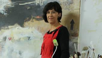 Die Künstlerin Doris Bosshard bearbeitet in ihrem Atelier immer zwei bis drei Bilder gleichzeitig.