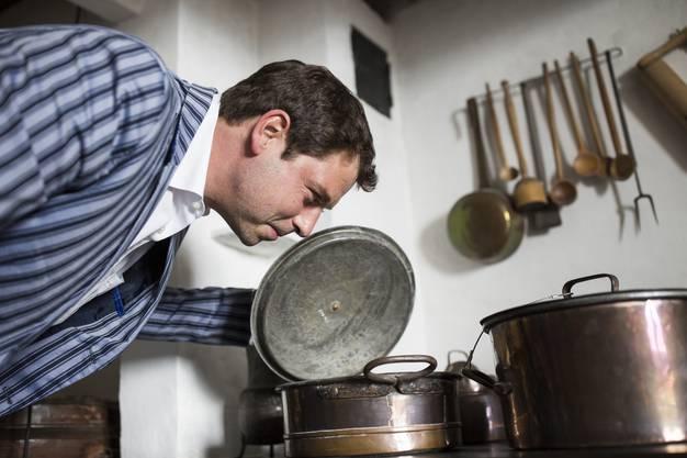 Parfümeur Andreas Wilhelm in der Schlossküche, welche er für das Festival der Düfte mit seinen Duftkreationen besetzen wird.
