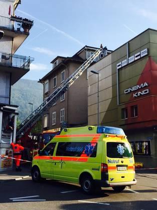 Die Feuerwehr holte ihn dann mit einer Drehleiter vom Dach