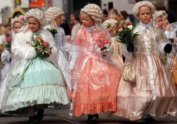 Rund 2'000 - 3'000 Kinder nehmen jährlich am Sechseläuten-Kinderumzug am Sonntag statt.