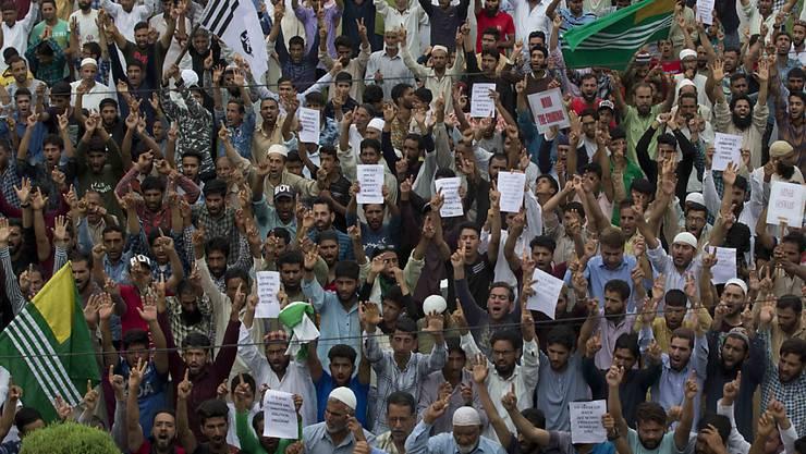 Muslime protestieren nach dem Freitagsgebet in Srinagar.