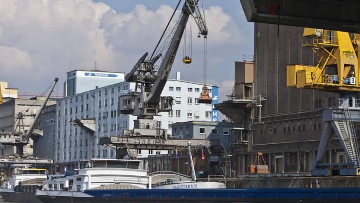 Die Schweizer Handelsflotte besteht aus 49 Schiffen mit einer Ladekapazität von einer Million Tonnen. Im Bild der Hafen Kleinhüningen in Basel. (Symbolbild)
