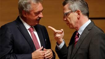 Der luxemburgische Innenminister Jean Asselborn im Gespräch mit seinem deutschen Kollegen Thomas de Maizière.key