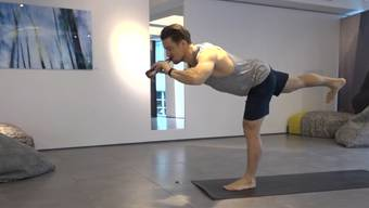 Simon Kersten beim Bier-Yoga-Machen und im Interview.