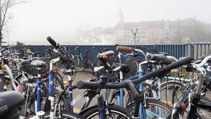 Herrenlose Fahrräder beeinträchtigen den ordentlichen Parkplatzbetrieb für Zweiräder am Ostkopf der neuen Bahnhofbrücke.