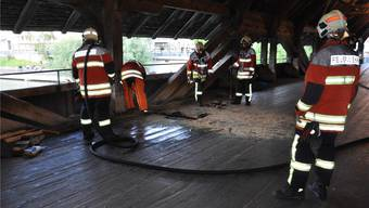 Zur Brandbekämpfung mussten im Gehbereich der Brücke Holzbeschläge durchtrennt werden.