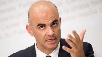 Bundesrat Alain Berset scheut die Konfrontation mit der Tabakindustrie.KEYSTONE
