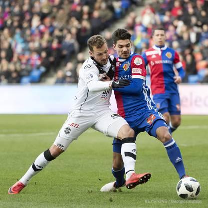 Luganos Alexander Gerndt, links, im Kampf um den Ball gegen Basels Raoul Petretta.