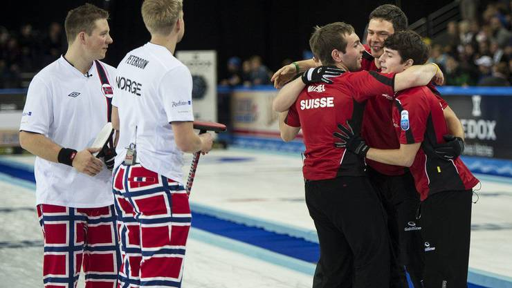 Die Norweger Christoffer Svae und Havard Vad Pettersson müssen zuschauen, wie die Schweizer feiern.