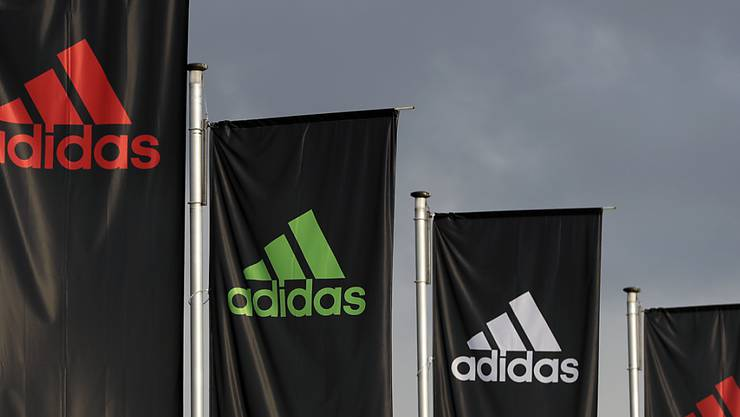 Adidas verlagert einen Teil seiner Produktion nach Asien (Archivbild).