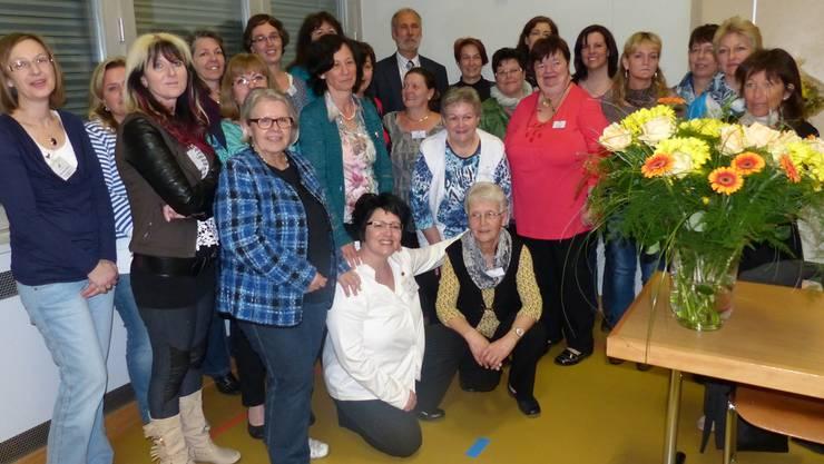 Die Spitex-Mitarbeiterinnen schenkten Thomas Petermann (hinten Mitte) Blumen.