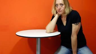 ARCHIV - Die französische Autorin Virginie Despentes sitzt während eines Interviews an einem Tisch. Despentes hat in einem offenen Brief Rassismus in Frankreich und die Ignoranz vieler Weißer angeprangert. Foto: Juan Carlos Hidalgo/EFE/EPA/dpa