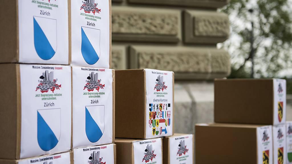 SVP-Vertreter haben die Unterschriften zur Begrenzungsinitiative am 31. August 2018 in Bern eingereicht: Jetzt versucht die Partei, mit der Coronakrise für ihre Initiative zu werben. (Archiv)