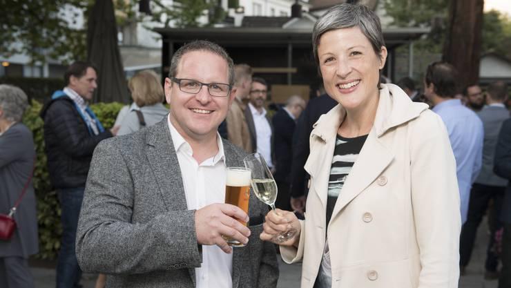 Philippe Ramseier (bisher) und Sandra Kohler (neu) prosten sich nach ihrer Wahl in den Badener Stadtrat zu.