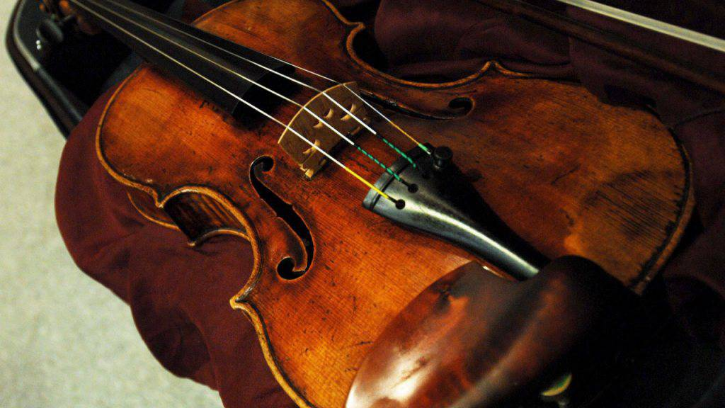 Die Schutzschicht sorgt nicht nur für eine schöne Holzfarbe, sie lässt auch den Klangkörper einer Geige anders vibrieren. (Archiv)