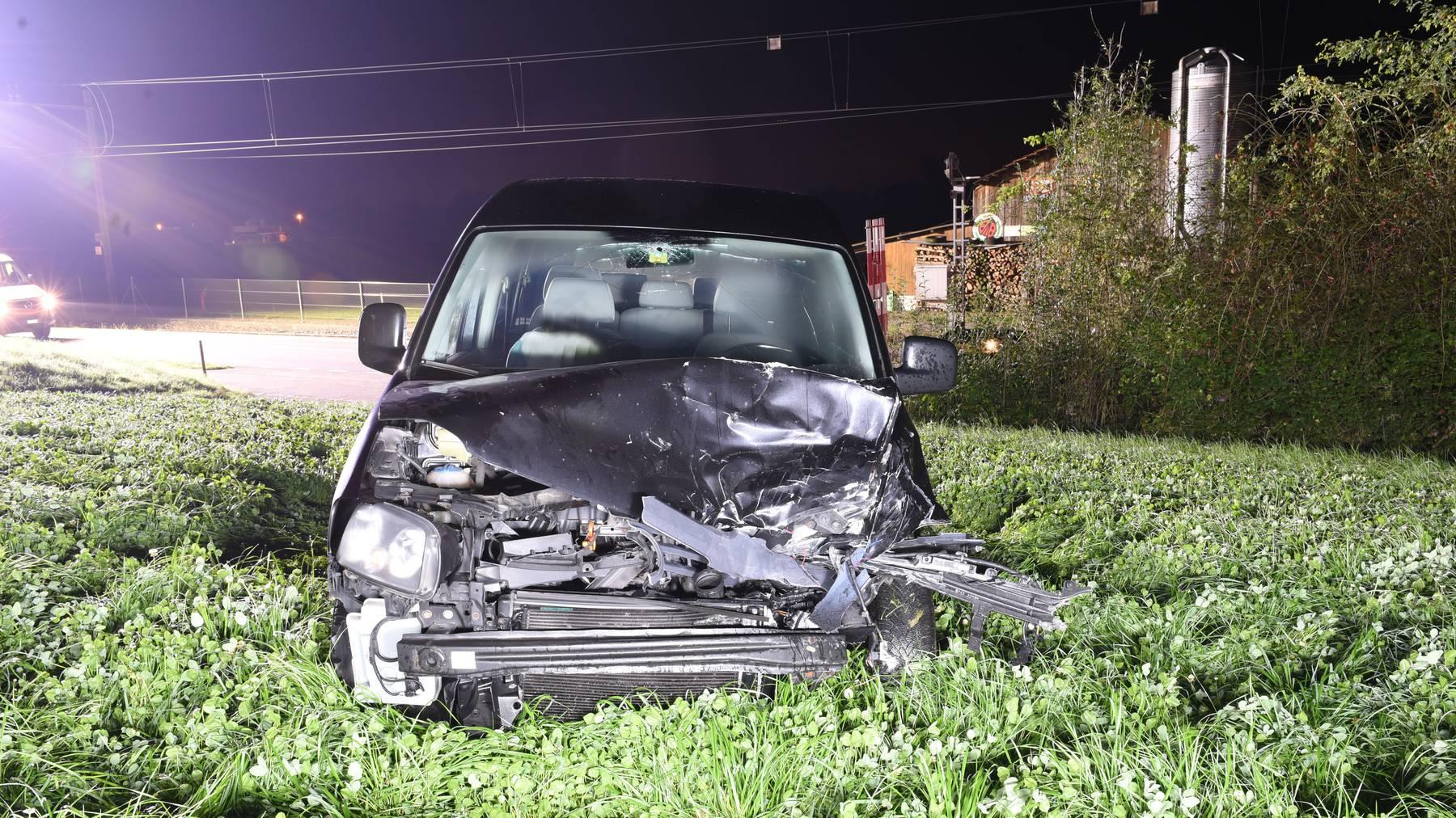 Das Auto der Frau landete nach dem Unfall in einer Wiese.
